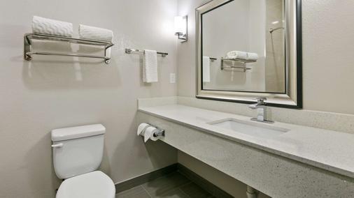 Best Western Plus Pleasanton Hotel - Pleasanton - Bathroom