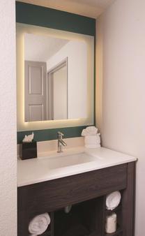 La Quinta Inn & Suites by Wyndham Atlanta Airport North - Atlanta - Bathroom
