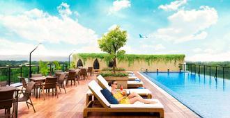 Satoria Hotel Yogyakarta - Yogyakarta - Svømmebasseng