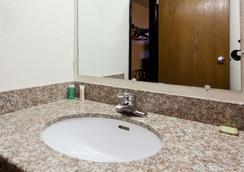 Super 8 by Wyndham Tuscaloosa - Tuscaloosa - Bathroom