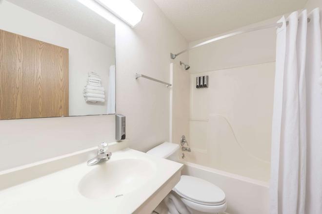 Super 8 by Wyndham Wichita Falls - Wichita Falls - Bathroom
