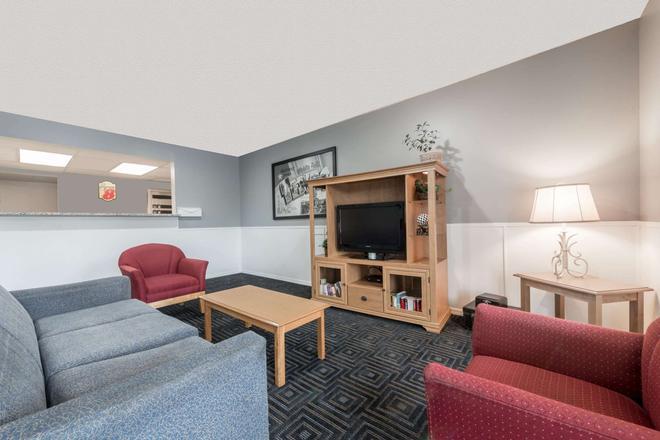 Super 8 by Wyndham Wichita Falls - Wichita Falls - Living room
