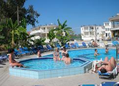 Mariana Hotel - ซาคีนโตส - สระว่ายน้ำ