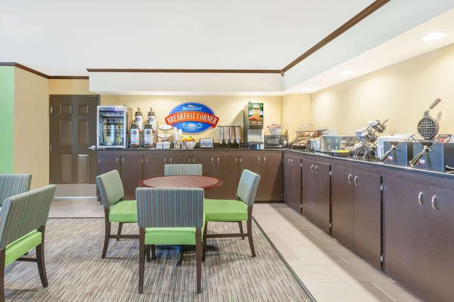 Baymont by Wyndham Midland Center - Midland - Buffet