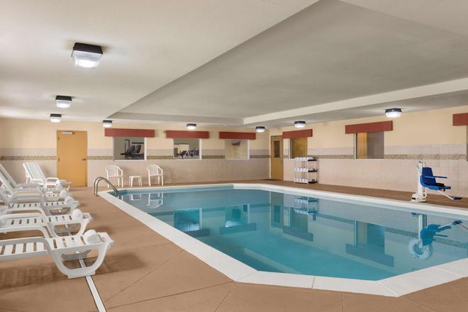 卡爾森梅肯北部 GA 鄉村套房酒店 - 馬孔 - 梅肯 - 游泳池