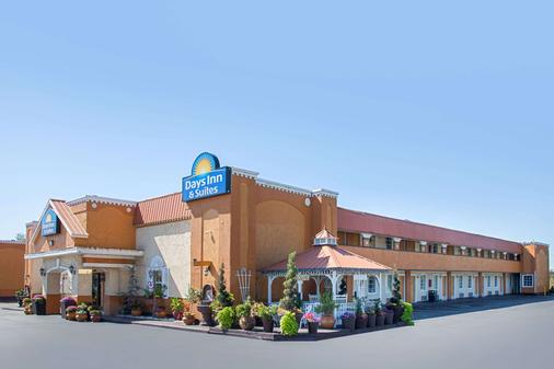 Days Inn & Suites by Wyndham Terre Haute - Terre Haute - Building