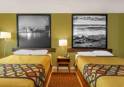 Super 8 by Wyndham Virginia Beach Oceanfront - Virginia Beach - Bedroom