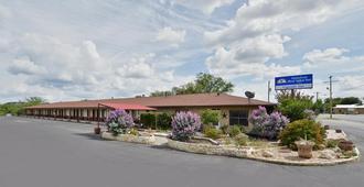 Americas Best Value Inn The Legends Inn - Junction - Building