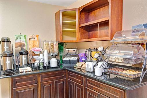 Microtel Inn & Suites by Wyndham Gatlinburg - Gatlinburg - Buffet
