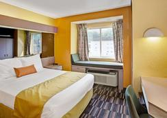 Microtel Inn & Suites by Wyndham Gatlinburg - Gatlinburg - Bedroom