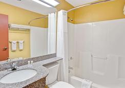 Microtel Inn & Suites by Wyndham Gatlinburg - Gatlinburg - Bathroom