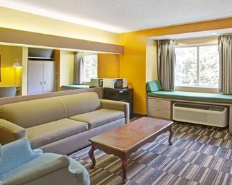Microtel Inn & Suites by Wyndham Gatlinburg - Gatlinburg - Living room