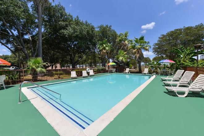 Americas Best Value Inn & Suites Victoria - Victoria - Pool