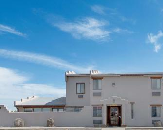 Super 8 by Wyndham Taos - Taos - Building