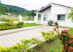 Private and Cozy Home - Montego Bay - Θέα στην ύπαιθρο