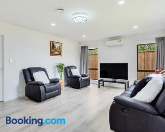 Awesome 4 BR House Just 7 mins to Airport - Mangere - Living room