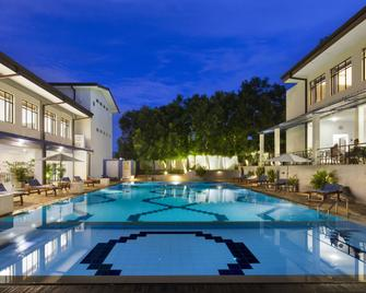 The Blue Wave Hotel - Arugam - Zwembad