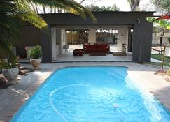 Bush Pillow Guest House - Otjiwarongo - Pool