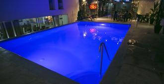 Hotel de León - บูคารามังกา - สระว่ายน้ำ