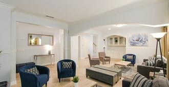 Disneyland, Beach, Convention Ctr, Mansion - 7 Bedrooms, 6.5 Bathrooms, 4400sqft - Santa Ana - Wohnzimmer