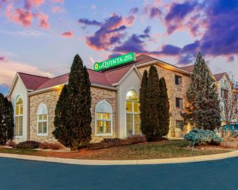 La Quinta Inn & Suites by Wyndham Milwaukee Delafield - Delafield - Building
