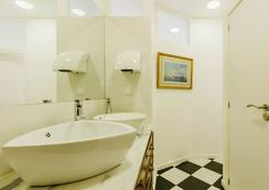Santos Hostel - Lisbon - Lisbon - Bathroom
