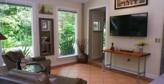 Garden cottage steps from Bayshore walk to Hyde/Soho - Tampa - Wohnzimmer