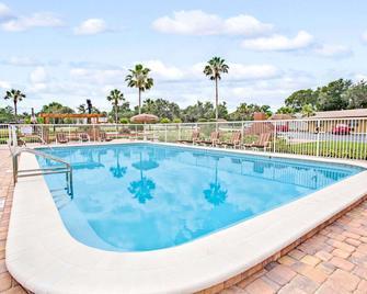 Days Inn by Wyndham Orange City/Deland - Orange City - Bazén