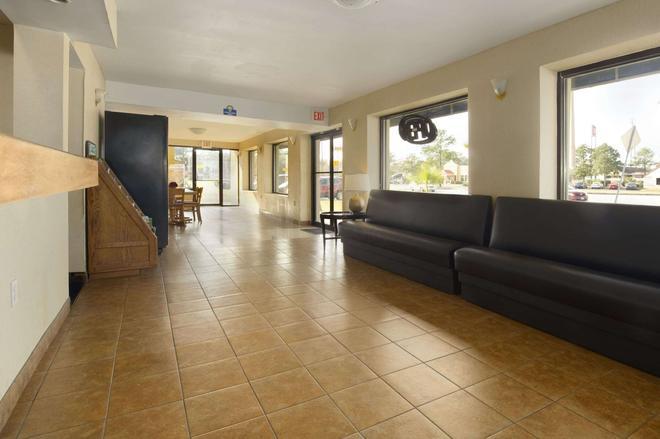 Days Inn by Wyndham Brunswick/St. Simons Area - Brunswick - Lobby