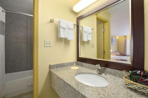 Days Inn by Wyndham Brunswick/St. Simons Area - Brunswick - Phòng tắm
