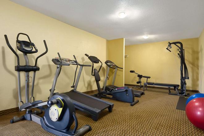 Days Inn by Wyndham Brunswick/St. Simons Area - Brunswick - Gym