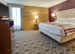 Drury Inn & Suites Louisville East - Louisville - Bedroom