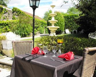 Hôtel Restaurant Les Capucins - Repas Possible - Avallon - Patio