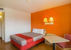 拉勒米 6 號汽車旅館 - 拉阿密 - 拉勒米 - 臥室