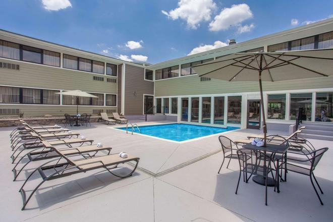溫德姆花園飯店 - 韋恩堡 - 韋恩堡 - 游泳池