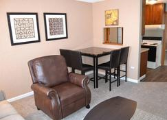A Perfect Place In Grand Forks - Grand Forks - Living room