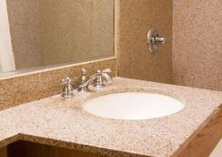 Econo Lodge City Center - Portland - Bathroom
