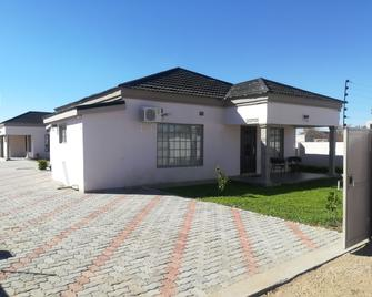 Lee Land guest house - Francistown - Gebouw