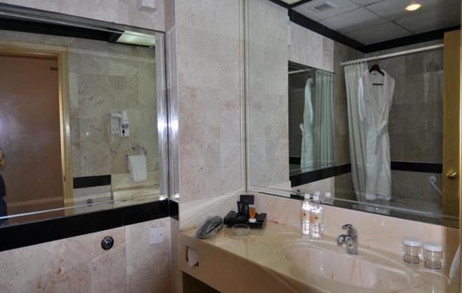 Happy Days Hotel - Manama - Bathroom