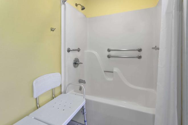 Super 8 by Wyndham Breaux Bridge - Breaux Bridge - Bathroom