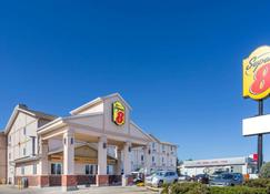 Super 8 by Wyndham Moose Jaw SK - Moose Jaw - Building