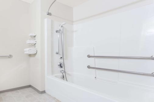 Super 8 by Wyndham Moose Jaw SK - Moose Jaw - Bathroom