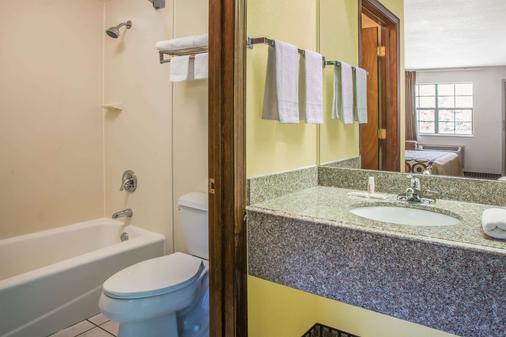 Super 8 by Wyndham Cabot - Cabot - Bathroom