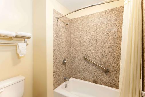 Travelodge by Wyndham Brea - Brea - Bathroom
