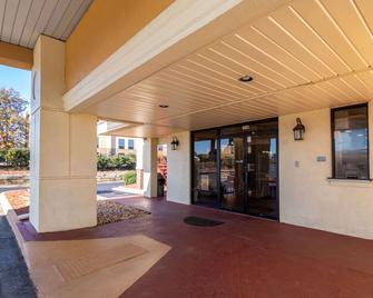 Econo Lodge - Conyers - Building
