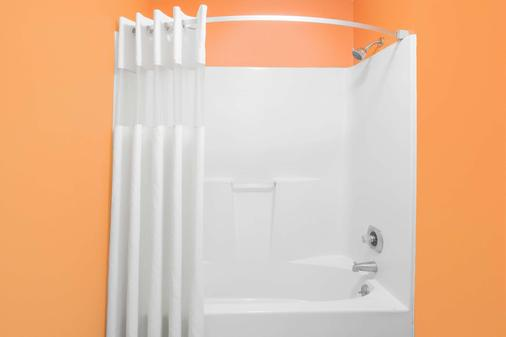Howard Johnson by Wyndham Dothan - Dothan - Phòng tắm