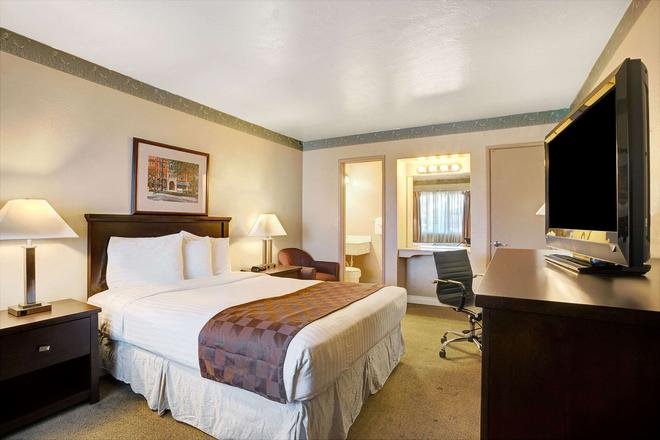 Travelodge by Wyndham Everett City Center - Everett - Bedroom