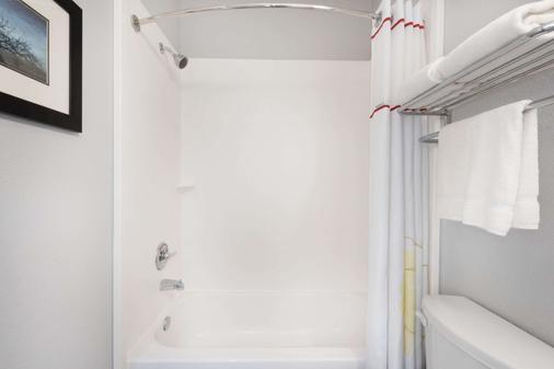 Hawthorn Suites by Wyndham Midland - Midland - Bathroom