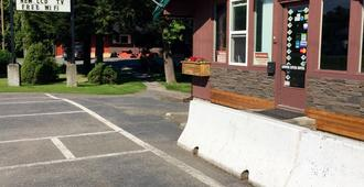 Copper River Motel - Terrace - Outdoor view