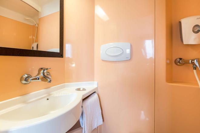 Première Classe Lille Centre - Lille - Bathroom